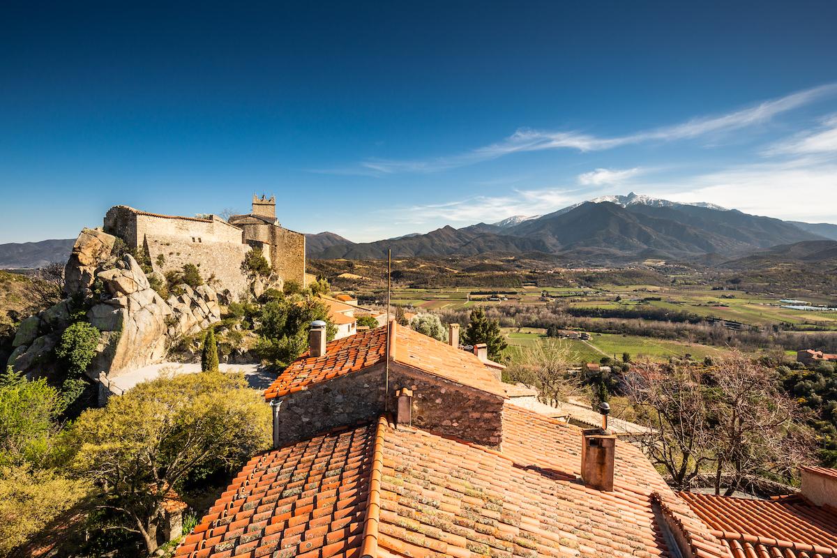 Sur les toits d'Eus, le Canigó en ligne de mire / JC MILHET