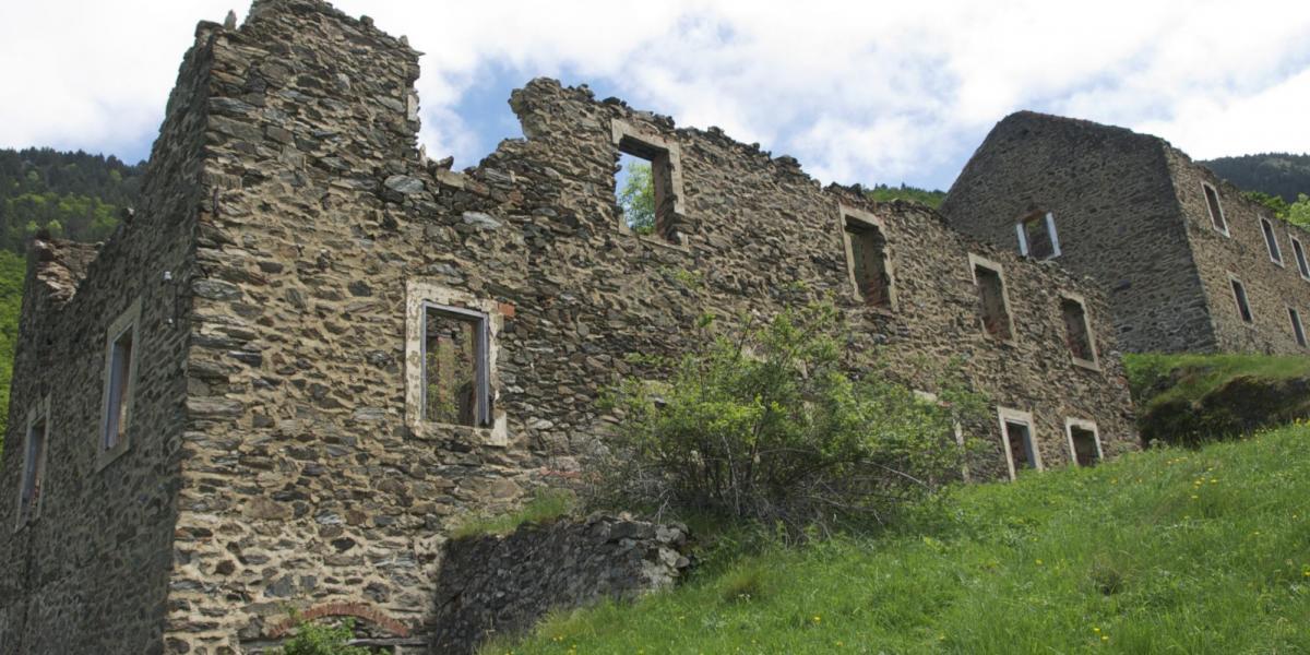 Vestiges de l'ancienne colonie minière de la Pinosa / SMCGS